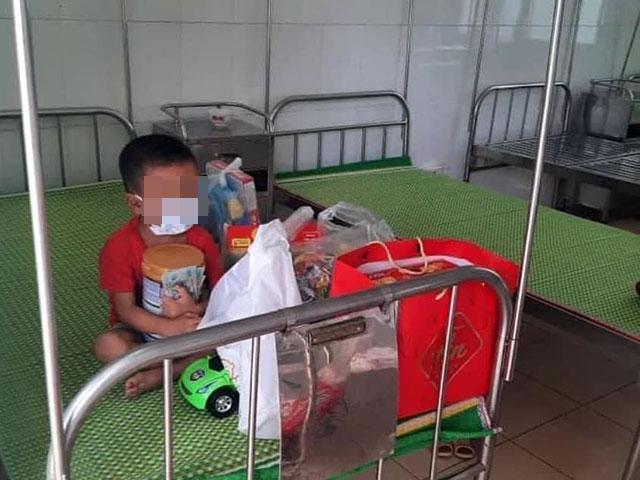 Xót xa hình ảnh bé trai 4 tuổi mắc COVID-19 ôm chặt quà bánh được tặng trên giường bệnh