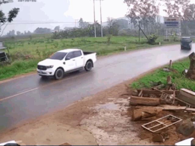 Clip: Vào cua tốc độ cao, xe tải mất lái tông trực diện vào xe máy