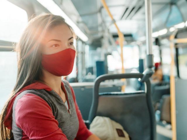 Điều cần làm khi đi taxi, xe khách, phương tiện công cộng để tránh lây nhiễm COVID-19