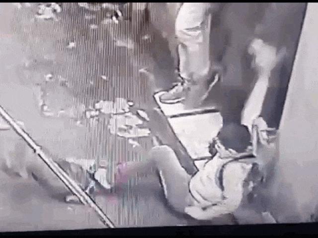 Clip: Cậu bé bị chó Pitbull tấn công kinh hoàng trên phố