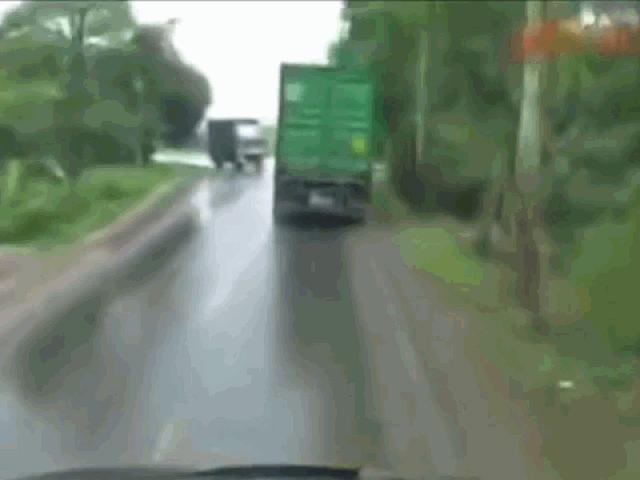 Clip: Khoảnh khắc xe tải lấn làn khi ôm cua rồi đấu đầu container