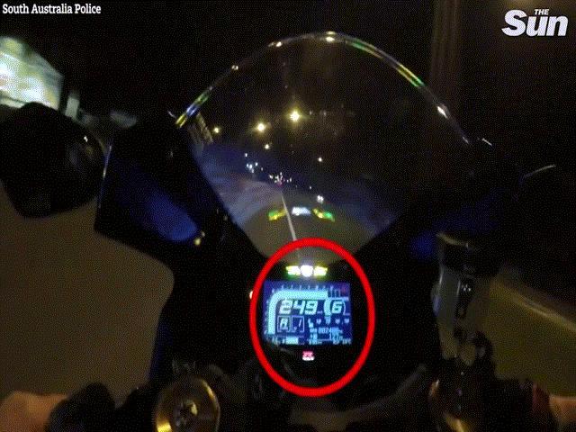Úc: Chạy xe mô tô hơn 250 km/giờ, tài xế gặp tai nạn thảm khốc