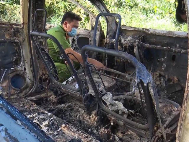 Kinh hoàng phát hiện bộ xương người trong ô tô cháy trơ khung ven đường