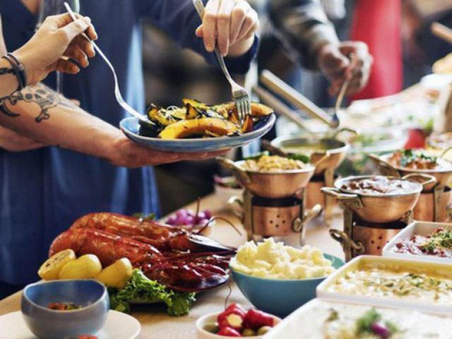 Ăn buffet thừa quá nhiều, người đàn ông bị phạt tiền, khi rời đi chủ nhà hàng vội vã đuổi theo
