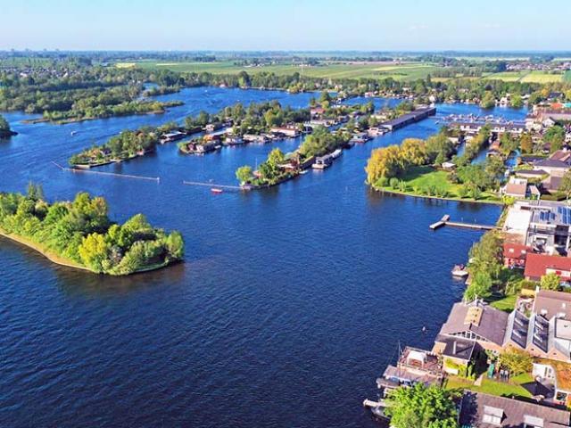 Người dân xây nhà sống trên hồ nước kỳ lạ, khung cảnh từ trên cao khiến ai cũng sửng sốt