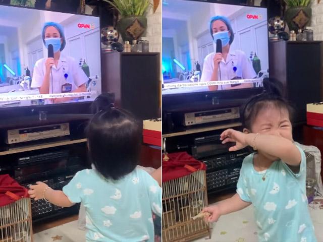Mẹ đi tăng cường chống dịch COVID-19, em bé gần 2 tuổi khóc nức nở khi thấy mẹ trên ti vi