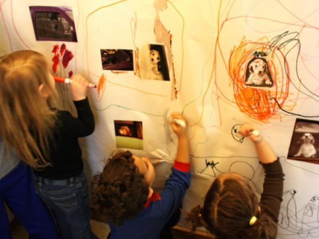 Con cái thích vẽ bậy lên tường, cha mẹ đừng vội la mắng sở thích này của con mình