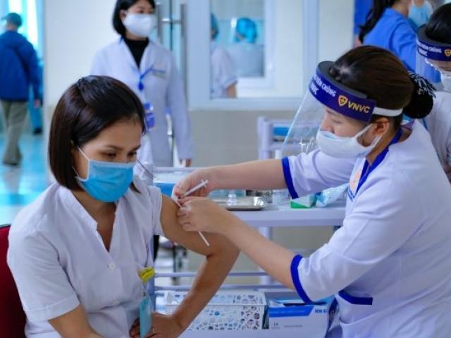 Nóng tuần qua: Ai được ưu tiên tiêm vắc xin Covid-19 trước?