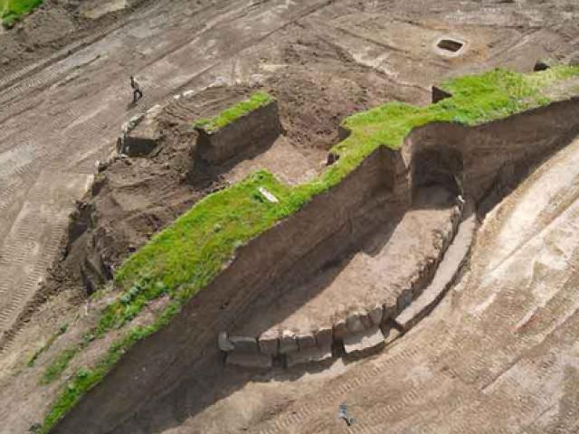 """Đào đường, phát hiện """"đài thiên văn"""" 5.500 tuổi bao vây loạt mộ cổ"""