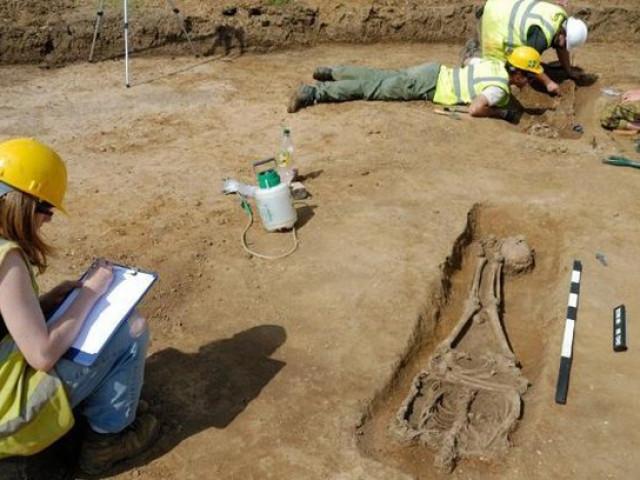 Tìm thấy 17 hài cốt không đầu, 13 hài cốt bị chôn úp mặt ở Anh