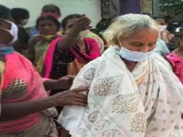 """Ấn Độ: Hỏa thiêu thi thể """"người thân"""" chết vì Covid-19, hai tuần sau thấy đi bộ về nhà"""