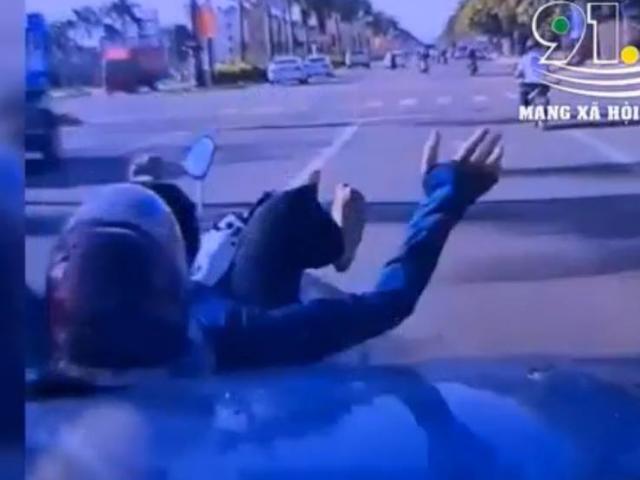 """Clip: Tạt đầu xe, """"ninja"""" xe máy bị ô tô hất văng và hành động đẹp của tài xế"""