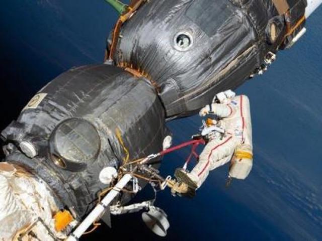 Các nhà du hành vũ trụ Nga đi bộ ngoài không gian hơn 7 giờ