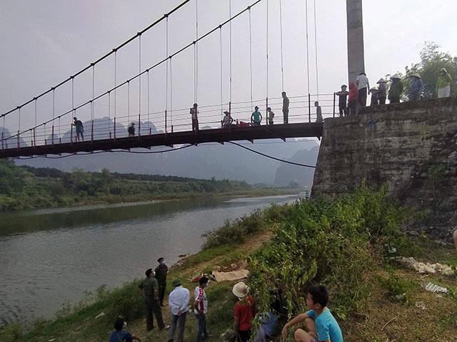 Tá hoả phát hiện thi thể người dưới đất, xe máy vẫn ở trên cầu