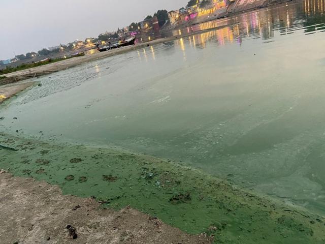 Ấn Độ: Sông Hằng bất ngờ chuyển màu xanh khiến người dân hoang mang