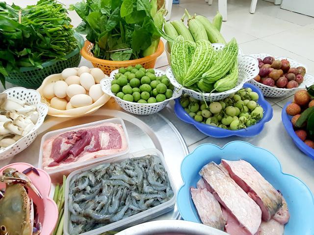 Cầm 500 nghìn mua được thực phẩm ăn cả tuần, người dân đổ xô đi chợ đầu mối