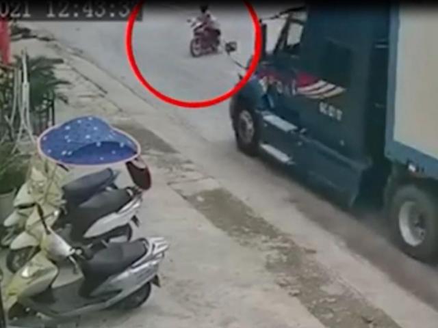 """Clip: Phanh """"cháy đường"""" trước giao lộ, xe container vẫn tông văng 2 người đi xe máy"""