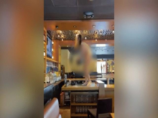 Video: Người phụ nữ khỏa thân làm loạn, ném đồ vào cảnh sát Mỹ và cái kết