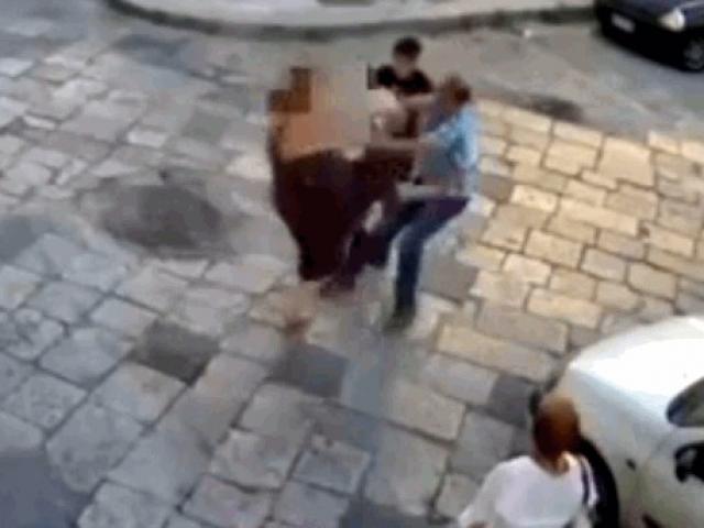 """Clip: Bị 2 tên cướp giật túi xách, cô gái quay sang """"phản đòn"""" cực gắt"""