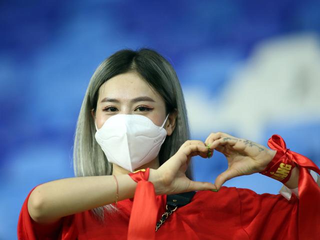 CĐV nữ ở UAE thả tim ăn mừng ĐT Việt Nam tưng bừng hạ Indonesia