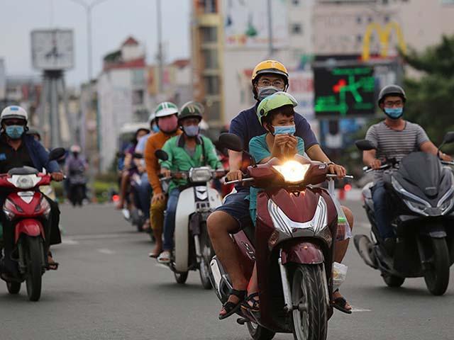 Tranh cãi việc bật đèn xe máy cả ngày