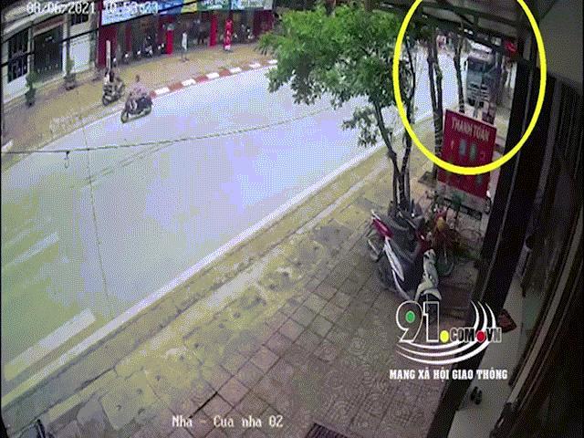 Tài xế container kể lại giây phút đánh lái cứu 2 mạng người, nghiền nát hàng chục xe máy
