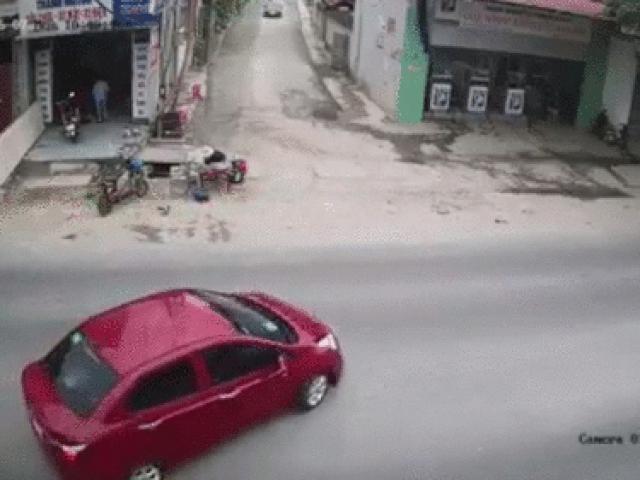 SỐC: Thanh niên phóng xe máy tông vào ô tô quay đầu văng ra đường