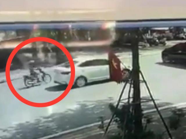"""Clip: Phóng nhanh như """"tên bắn"""", lái xe máy gặp nạn kinh hoàng"""