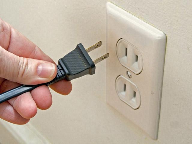 Có nên rút phích cắm TV để tiết kiệm điện?