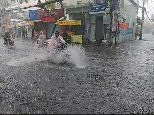 Bão số 2 đi vào Vịnh Bắc Bộ, nhiều nơi ở miền Trung đang mưa to