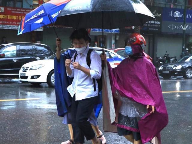 Thi tuyển sinh lớp 10 tại Hà Nội: 4 thí sinh bị đình chỉ do sử dụng điện thoại di động