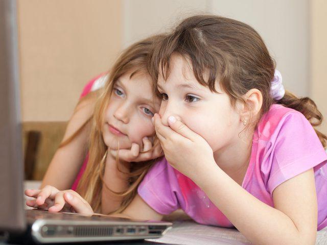 Ở nhà phòng dịch COVID-19, trẻ em săn tìm những gì trên Internet?
