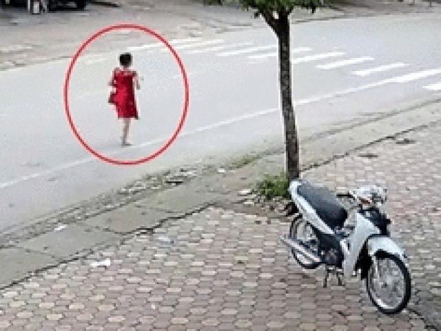 SỐC: Cô gái mặc váy đỏ đi bộ giữa lòng đường, lái xe máy gặp họa