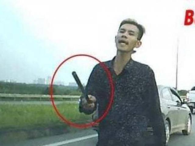 """Clip: Đánh võng chặn ô tô rồi vác gậy nói chuyện, lái xe tải nhận """"cái kết đắng"""""""