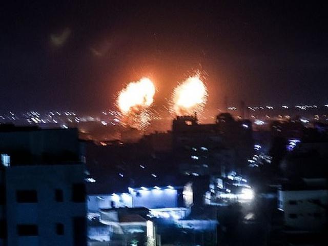 """Bị thả """"bom lửa"""", Israel nổi giận điều chiến đấu cơ dội bom Gaza, chấm dứt lệnh ngừng bắn"""