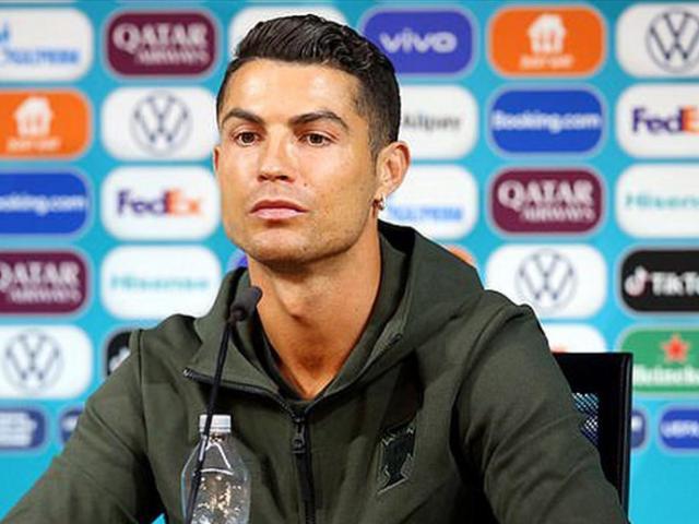 Ronaldo từ chối uống Coca Cola, giá trị vốn hóa công ty lập tức bốc hơi 4 tỷ USD