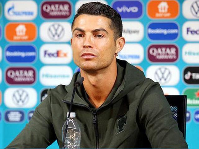 Ngoài Coca Cola, Ronaldo từng nhiều phen khiến cổ phiếu các hãng điên đảo