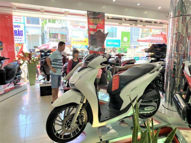 Người Việt vẫn ồ ạt mua xe máy, ô tô