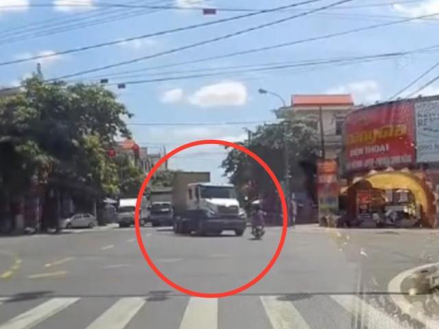 """Clip: """"Ninja"""" phóng xe vượt đèn đỏ tông thẳng đầu xe container và cái kết"""