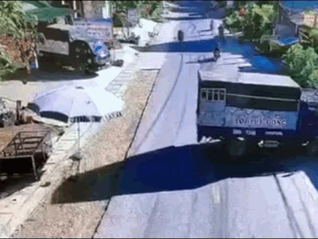 Clip: Xe máy tông vào xe tải quay đầu, dân mạng tranh cãi đúng sai