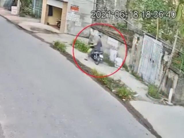 """Clip: Lái xe máy """"để mắt trên trời"""", nam tài xế đầu trần gặp tai nạn """"khó đỡ"""""""