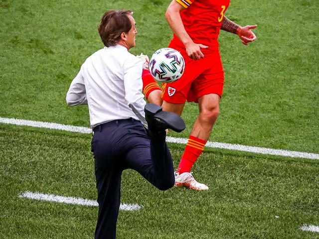 """Fan """"tròn mắt"""" vì pha đỡ bóng của HLV Mancini, SAO Italia suýt choảng đồng đội"""