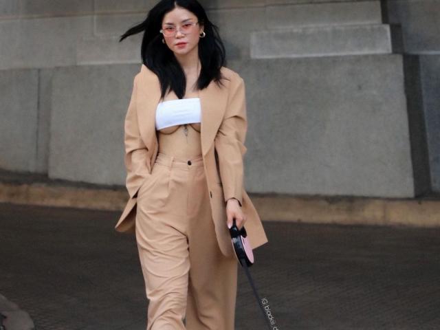 """Nữ CEO ồn ào vì style mặc bạo dắt chó đi dạo: """"Tôi chưa thấy ai chê"""""""