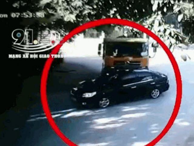 Clip: Xe ben vào cua húc văng ô tô con, dân mạng tranh cãi đúng sai