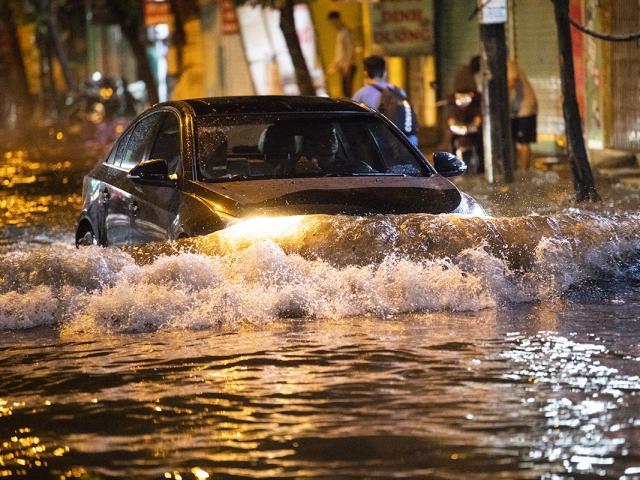 Ảnh: Đường phố Hà Nội ngập như sông sau cơn mưa giải nhiệt