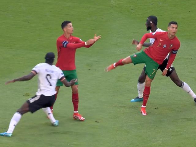 """Ronaldo phô diễn kỹ thuật điêu luyện, bị huyền thoại Đức chê """"ngớ ngẩn"""""""