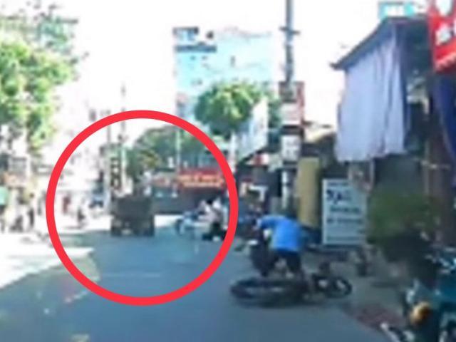 Clip: Xe công nông bật cửa thùng vẫn lao vun vút, gây họa cho 2 lái xe máy