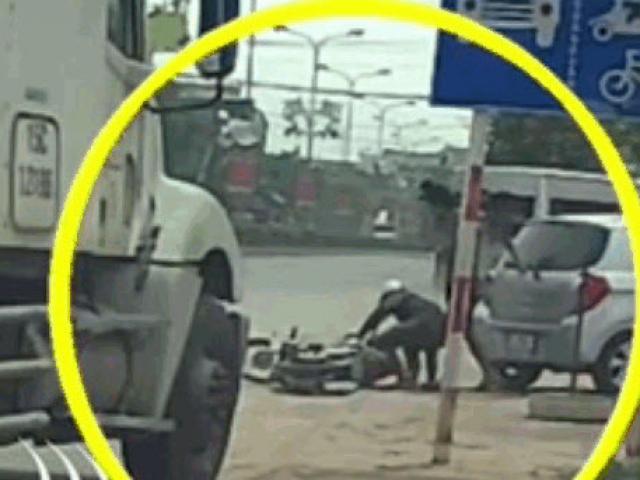 Clip: Sang đường ẩu, người đàn ông bị tài xế cầm mũ cối đập tới tấp