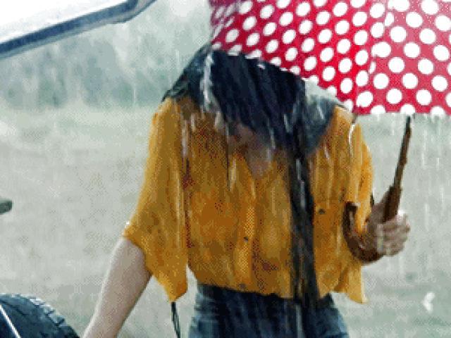 Cô đào diễn cảnh phim dưới mưa, đời thực sống thế này!