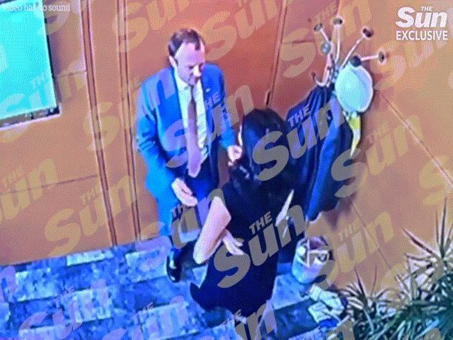Video hôn nữ trợ lý chấn động khiến Bộ trưởng Anh trả giá đắt